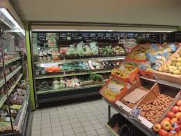 Rayon fruits et légumes, légumes placés en meuble réfrigéré