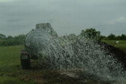 Humidification d'un andain pour épandage d'eau latéralement
