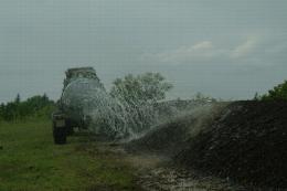 Epandage latéral d'eau sur andain en compostage