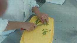 Eboutage des haricots verts au couteau