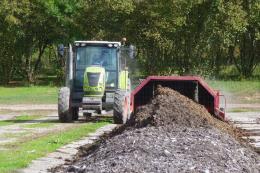 Plateforme de compostage, Centre Ctifl de Lanxade (24) - Retournement d'andain : on remarque 2 composts d'âge différent